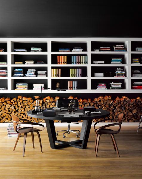 Schwarze Wände lassen Farben glühen – den Rest besorgen        ein ordentlicher Stapel Brennholz unddie vielen Kamine im Haus. Nur        eins soll da bestimmt nicht landen: die beiden grazilen Cherner Armchairs        unten.