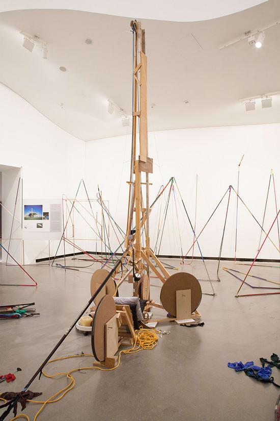 """Blick in die Ausstellung """"Der entfesselte Blick"""" Michael Beutler: Strandsegler 'Lolita', 2003"""