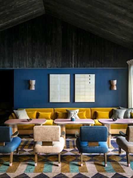Selbst die Möbel stammen von ihm, DZ ab 710 Euro.