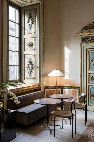 """Inszeniert im Palazzo Serbelloni: Unter dem Fenster das Sofa der """"Modern Line"""". 2818 Euro."""