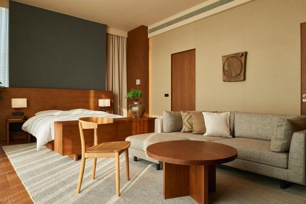 Die Zimmer des Hotels sind lichtdurchflutet und in hellen Farbtönen gehalten.