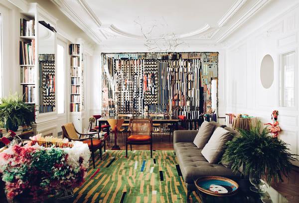 """Der Ausblick aus einem New Yorker Hochhaus inspirierte López Reus zu """"Fantastic Plastic"""", einer Assemblage aus Pflastern und Klebebändern, die im Salon alle Blicke auf sich zieht. Der Esstisch ist von Studio Carme Pinós. Auf López Reus' Teppich """"Bromelia"""" steht Sacha Lakics Sofa."""