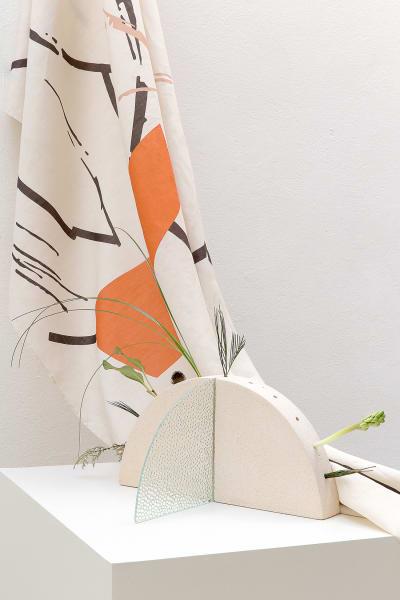 """In Anlehnung an Brandlhubers Antivilla, gestaltete Irene Cuzzaniti gemeinsam mit Studio Testo und AH/OK die Kollektion """"Ædes"""". Poröser Ton und gemustertes Glas fügen sich zu einer totemartigen Vase zwischen Brutalismus und Minimalismus."""