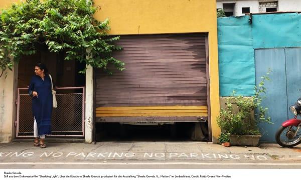 """Still aus dem Dokumentarfilm """"Shedding Light"""", über Sheela Gowda, produziert für die Ausstellung im Lenbachhaus."""