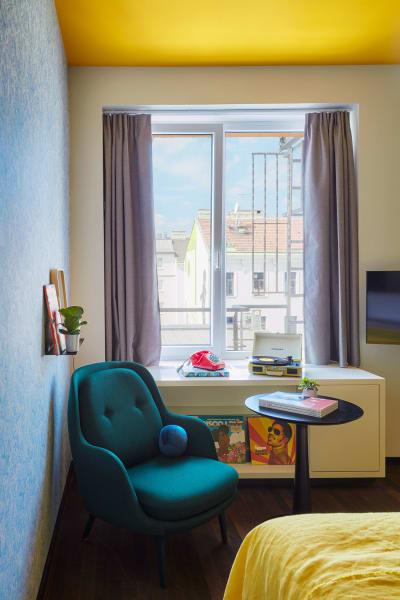 Auf der Fensterbank steht derCrosley Plattenspieler, der in jedem der 140 Zimmer vorhanden ist.