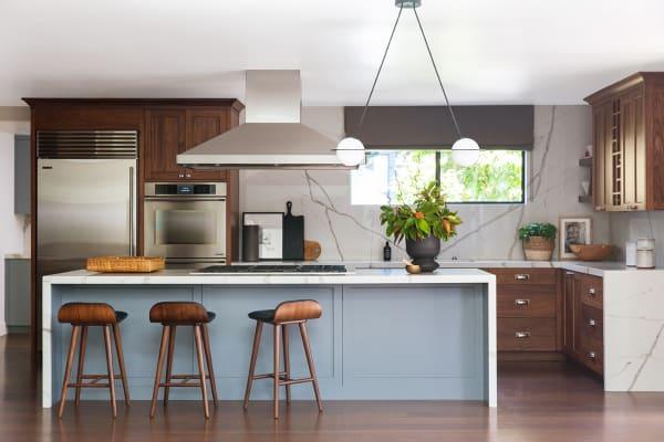 Die Wasserfallinsel bildet das Zentrum der umgebauten Küche. Hier kann gemeinsam geschnippelt, gekocht und auch gegessen werden.