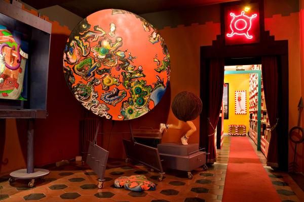 Eine Art Ausstellungsraum bildet das Entree  der Wohnung. Das  runde Ölbild ist beweglich, der Wollkopffüßler war Teil einer  Serafini-Installation für die italienische Stoffindustrie in Turin.