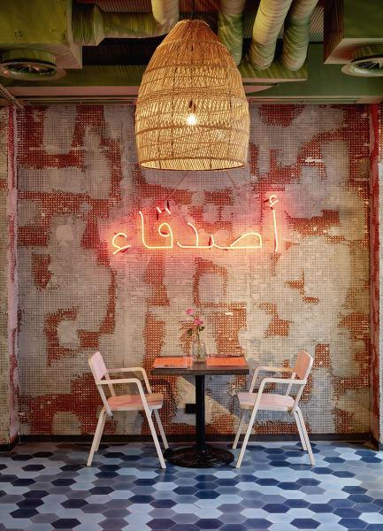 """""""Freundschaft"""" auf Arabisch: In der """"Bar Shuka"""" mischen sich orientalische Aromen mit regionaler Küche."""