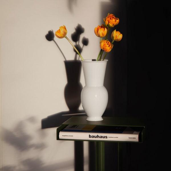 """Weniger ist mehr: Die Vase """"Halle"""" von KPM unterstreicht den Blumenstrauß optisch nicht nur, sondern wertet ihn auch auf!"""