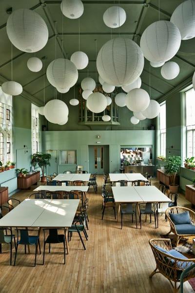 An den langen Tafeln können zahlreiche Gäste Platz nehmen und ihr Mittagessen genießen.