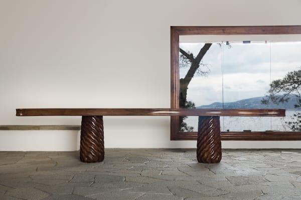 Entworfen von Curzio Malaparte: ein Tisch aus Nussbuam und Pinie in der Casa Malaparte.