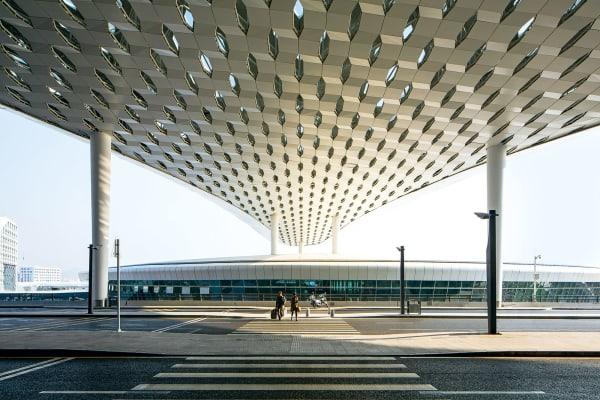 Sonst baut er mit seinen Mitarbeitern Gebäude wie das EUR Convention Centre in Rom oder den neuen Flughafen von Shenzhen im Perlflussdelta