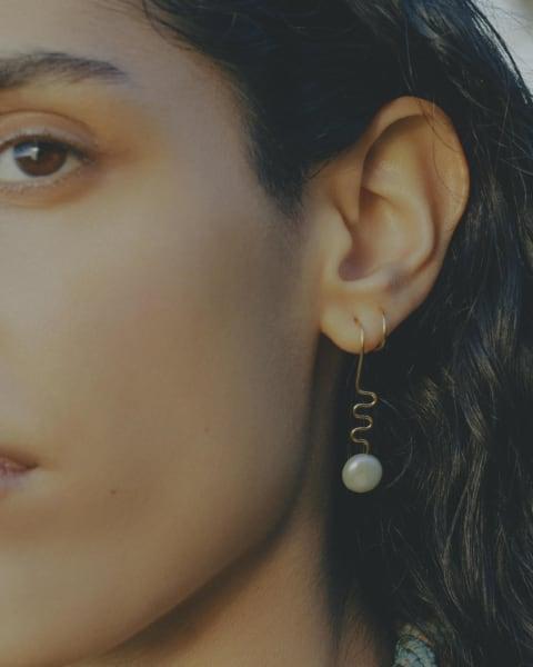 """Gewinnen Sie ein Paar des""""Rimini Twirl Earring""""aus Sterlingsilber mit Wildwasserperle, im Wert von rund 140 Euro."""