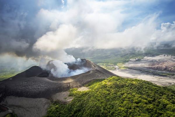 Auf dem pazifischen Inselstaat findet man noch lange, einsame Strände und aktive Vulkane. Das Freizeitangebot ist groß, sowohl zu Land und Wasser. Vor allem Taucher kommen aufgrund der vielfältigen Unterwasserwelt auf ihre Kosten.