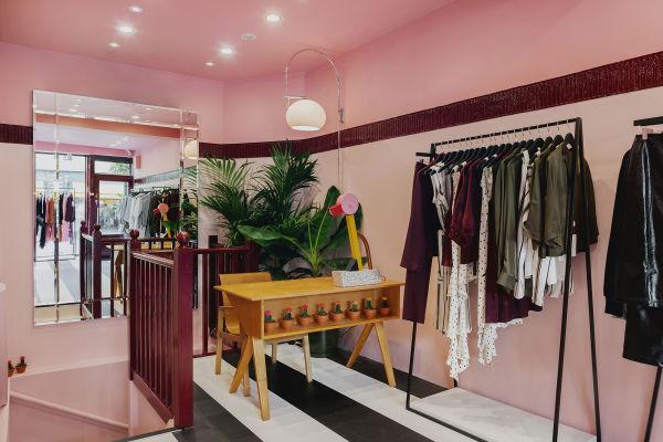 """Schreibtisch von Cees Braakman mit Leuchte """"Tahiti"""" von Ettore Sottsass im Pop-up-Store des Labels Kitri."""
