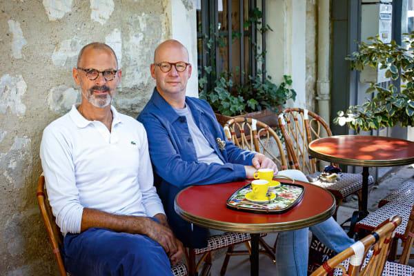 Zwei, die auszogen, Franzosen zu werden: Thomas Kuball und Peter Kempe vor ihrem Lieblingscafé in Saint-Rémy.