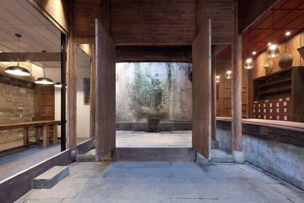 Holztoren eröffnet. Das Rustikale Interior besteht aus Holz und Stein.