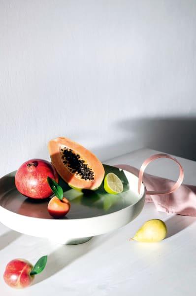 """Alte Öllampen inspirierten die Mailänderin Astrid Luglio zu den Kupfergriffen ihres Centerpiece aus Steingut, 900Euro. Sie ziehen sich durch die luftige  """"You Are Welcome""""-Kollektion für die Pariser Galerie Amelie, Maison d'Art."""