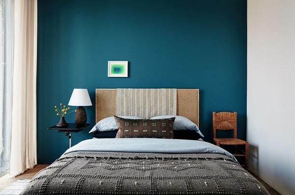 Ein Raum, der Raum lässt: Interiordesigner Neal Beckstedt schichtet Texturen, aber spart bei der Farbe – umso mehr Tiefe schafft das satte Petrol der Rückwand, weiter verstärkt durch George Chaplins keines Aquarell.