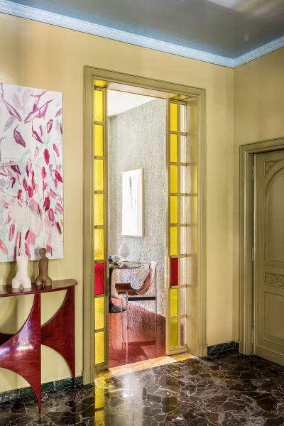"""... er entwarf auch Möbel wie die Konsole """"Butterfly"""" für SEM (aus Lamellenholz mit gewolktem Keramik-Kunstharz-Finish) und die Kunst im Wohnzimmer."""