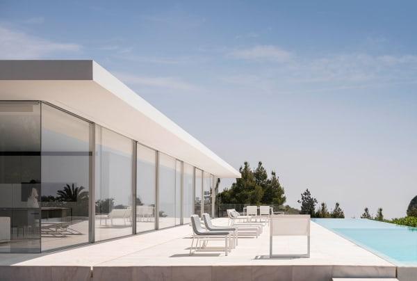Parallel zu der Hausfront vrichtung Meerblick verläuft der Pool.