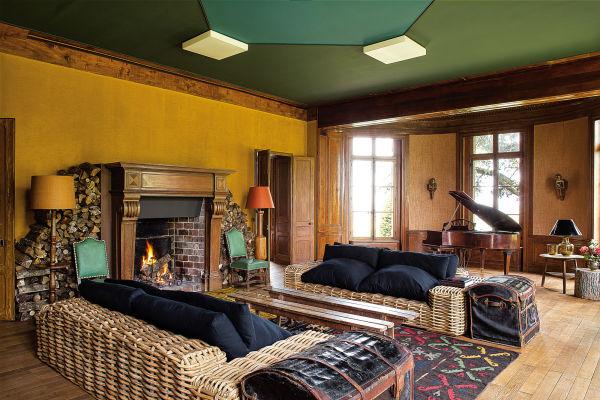 Für den großen Salon wählte die Hausherrin und Interiordesignerin (Kontakt über aupaysdesmerveilles.net) erdiges Ocker und Tannengrün von Herstellern wie Flamant, Seigneurie, Farrow & Ball und Ressource. Die rustikalen Sofas sind eigentlich Outdoor-Möbel von Maisons du Monde.