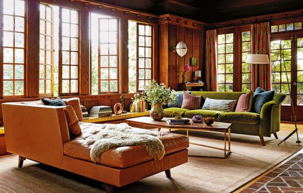 Im luftigen Wohnzimmer kommt die ganze Familie zusammen. Die Sofas,        eines in Leder von Keleen gekleidet, das andere in Teddy-Mohair von        Pierre Frey, sind Maßanfertigungen von Commune. Der Tisch aus Messing        und Nussbaum ist von Alma Allen, der Teppich von Amadi Carpets.