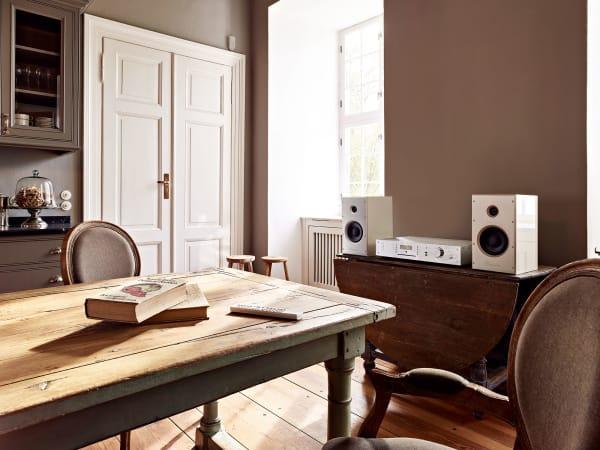 """Burmesters Junior """"Phase 3"""" – All-in-one-Musik streamer mit zwei Boxen. Der kleine Kompakte passt in jede Ecke – und in jedes Interieur."""