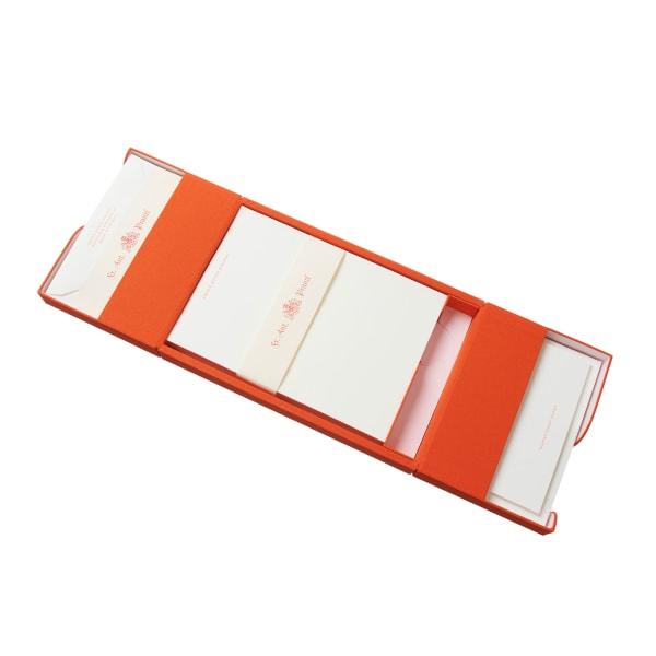 Gewinnen Sie ein personalisiertes Briefset mit Briefpapier, Grußkarten und Kuverts im Wert von 555 Euro.