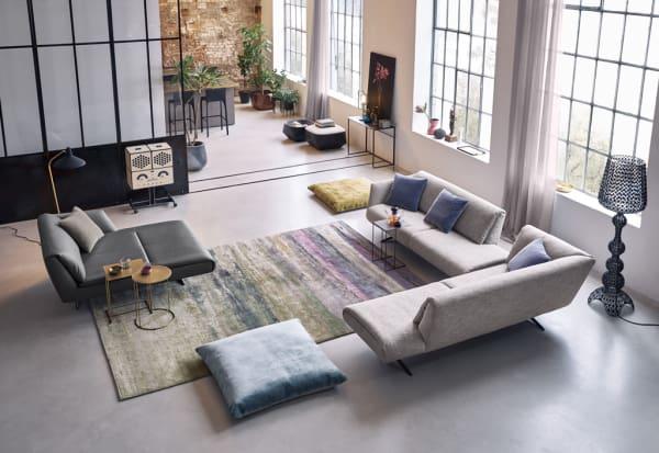 """Mit seiner Schlichtheit konzentriert sich das """"Bundle""""-Sofa, das EOOS für Walter Knoll designte, auf das Wesentliche eines Polstermöbelstücks: Gemütlichkeit! Ein perfekter Rückzugsort zum Kraft tanken – nicht nur an stressigen Messetagen, sondern auch in den eigenen vier Wänden."""
