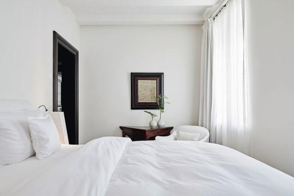 """Alle elf Zimmer und Suiten im """"Purs"""" sind unterschiedlich eingerichtet. Die Rahmen aus Wurzel- und Ebenholz sind mit 330Jahren etwa so alt wie das Haus, hier über einem englischen Spieltisch von 1740."""