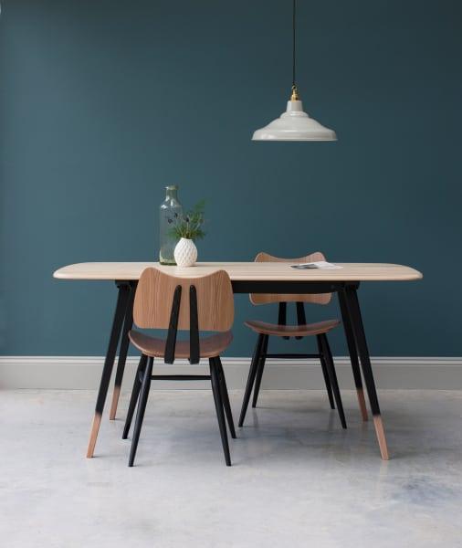 """Ein perfektes Paar: Man nehme den """"Butterfly Chair"""" in der neuen Variante aus Nussbaum und schwarzem Metall und kombiniere dazu den """"Plank Table"""", dessen Massivholzplatte von schwarzen Tischbeinen getragen wird – ein hinreißendes Duo."""