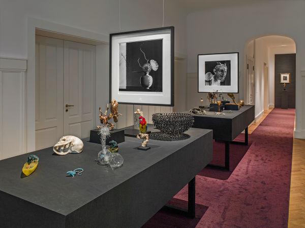 """Im Salon konversieren die Kunstkammerobjekte aus der Sammlung Thomas Olbricht mit        den Fotografien Robert Mapplethorpes, während ein Bronzeskelett Dürers        Stich """"Ritter, Tod und Teufel"""" umgaukelt."""