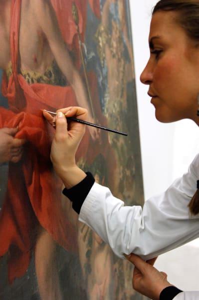 """Ein Stück restaurierter Kunst verbirgt viele Geheimnisse – denn im besten Fall erkennt man ja auch nichts mehr von der Mühe, die in die Restauration geflossen ist.Die Ausstellung""""Restoring Art's and Masters"""" aber setzt genau hier an und und beleuchtet das Werk von Restauratoren, die Kunstwerke wieder zum Leben erwecken."""
