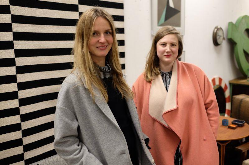 Maj van der Linden und Sally Fuls auf der Designbörse Berlin.