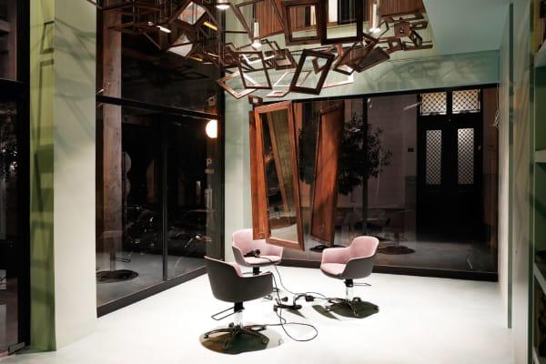 """Von der Decke des Friseursalons """"Talkin' Heads"""" seilen sich die drei zentralen Spiegel ab."""