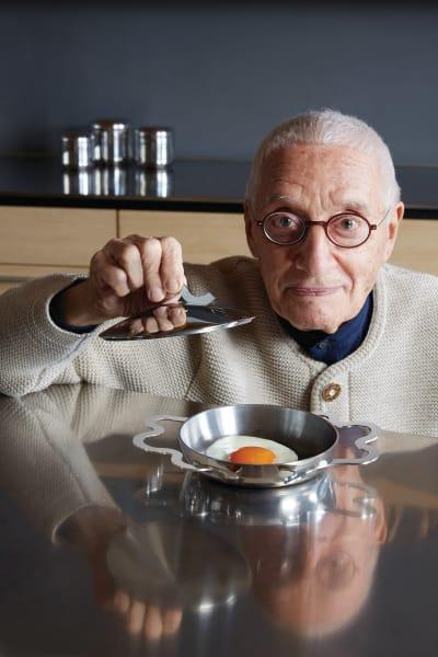 """Designer Mendini mit seinem Eierpfännchen """"Tegamino""""."""
