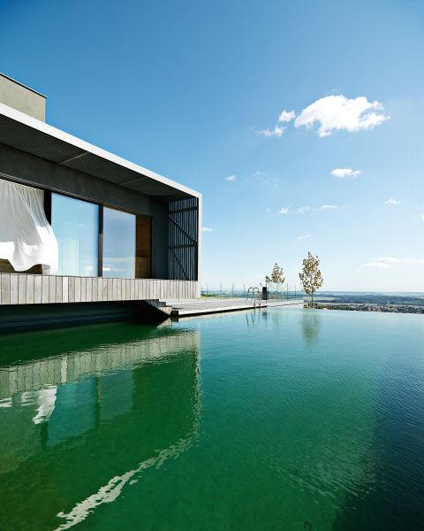 Blick aufs Wasser: Das Badehaus geht auf einen Naturteich mit Schwimmbereich.