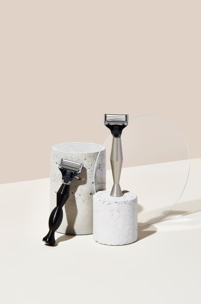Elegant, skulptural und ausbalanciert: Die limitierten Griffe sind so gestaltet, dass sie aufrecht stehen können. Zwei Finishes stehen zur Auswahl – Schwarz oder Aluminium.