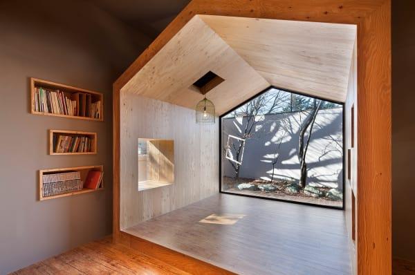 UTAA-Architekten aus Seoul erweiterten das Pinocchio-Haus, eine        pädagogische Einrichtung für Kinder in Pocheon, um eine Leseecke aus        Lerchenholz.
