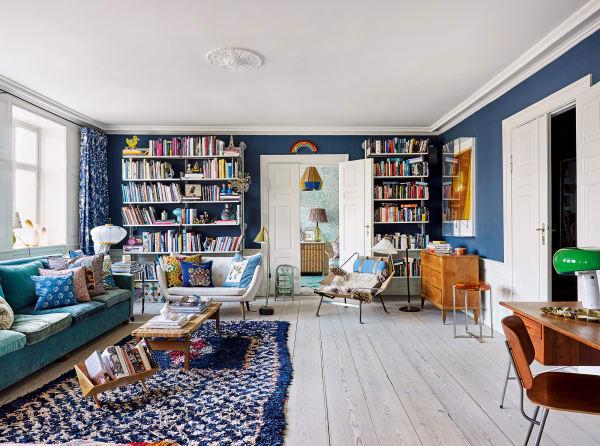 Im Living begegnen sich unter anderem ein Zweisitzer von Finn Juhl und eine schwedische Kommode aus der Zeit um 1800, über der ein Objekt von Ólafur Elíasson hängt. Regale von Dieter Rams für Vitsoe, Leuchte im Nebenzimmer von Ana Kraš.