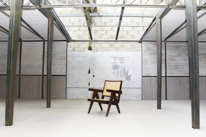 Stühle von Pierre Jeanneret in Jean Prouvés 6x9 Fertighaus, rekonstruiert von Bally für die Art Basel Miami.