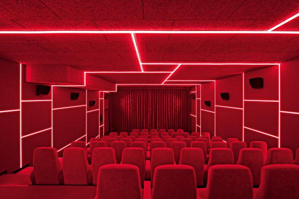 … oder taucht seine Gäste unter einem geometrischen Lichtraster in kräftiges Rot.