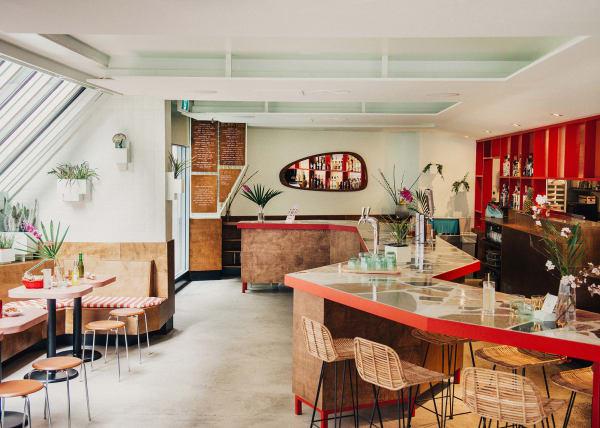 Eine prominente Terrasse-Bar weist optisch den Weg in den hinteren Bereich des Restaurants.