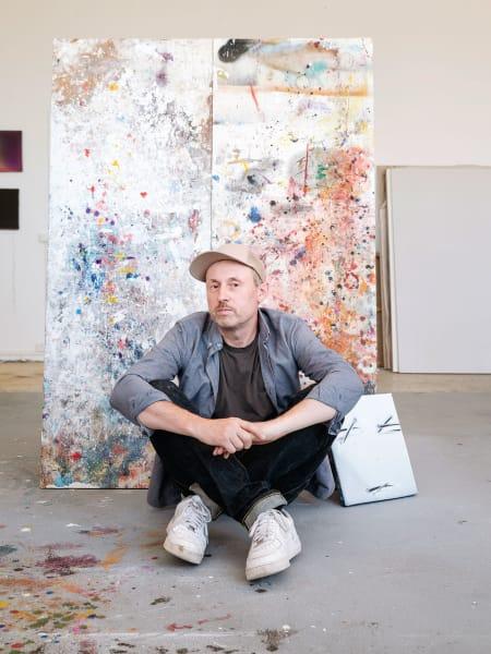 Die großen Gesten spart er sich, auch die spirituelle Aura der Farbfeldheroen wie Mark Rothko oder Barnett Newman. Er wird vertreten von der Hamburger Galerie Karin Guenther und der David Kordansky Gallery in Los Angeles.