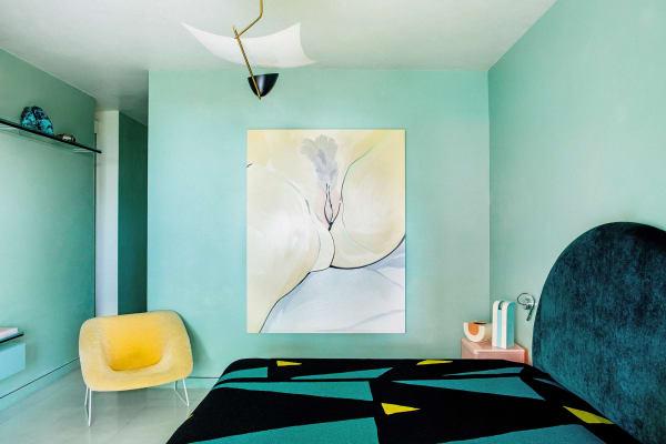 """Der Ursprung der Welt, Version 2015: Das Schlafzimmer dominiert """"Kajsa"""" von Celia Hempton. Der Sessel """"A7"""" ist ein weiterer Fifties-Entwurf von A.R.P. Auf dem Nachttisch von Studio Wieki Somers  stehen unter anderem Keramikarbeiten von Ettore Sottsass."""