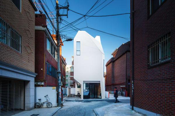 Der Bau sieht von jeder Seite verschieden aus: z. B. die Vorderseite ist am Westen, damit man auch Abends die architektonischen Besonderheiten erkennen könnte.