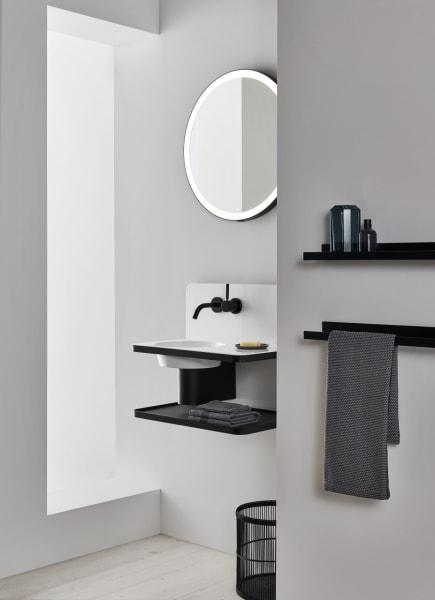 Kontrastreich: die schwarzen Elemente setzen einen kraftvollen Kontrast zu dem weißen Becken.