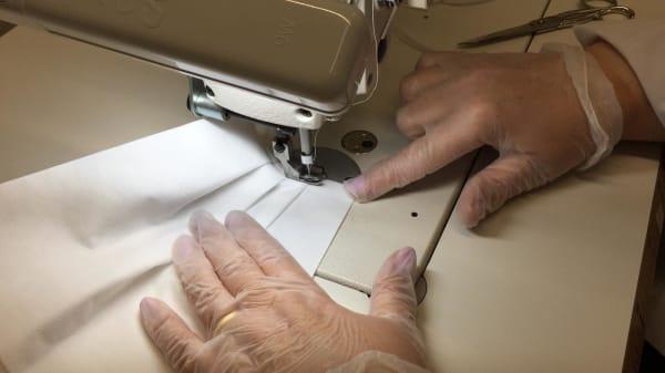 Prada hat letzte Woche mit der Produktion der Schutzkleidung- und masken begonnen