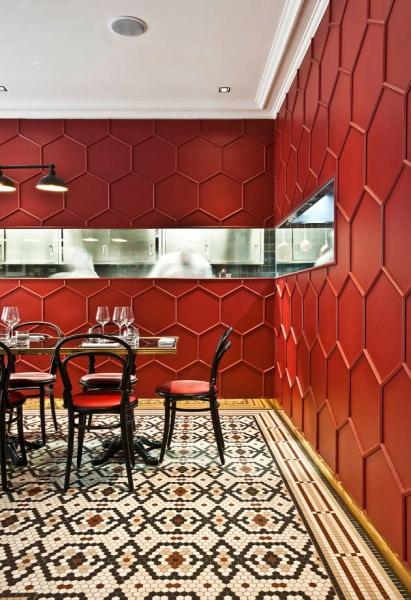 Die rote Wand mit Wabenmuster konkurriert mit dem schmuckvollen Mosaik.